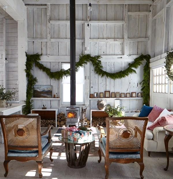 Weihnachten auf dem Lande feiern Wohnzimmer im Landhaus grüne Girlande als Deko