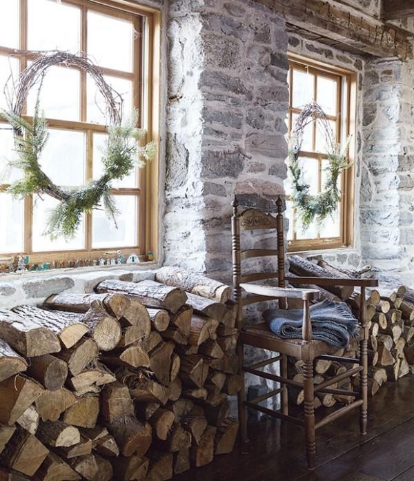 Weihnachten auf dem Lande feiern zwei Kränze am Fenster Stauraum für Brennholz
