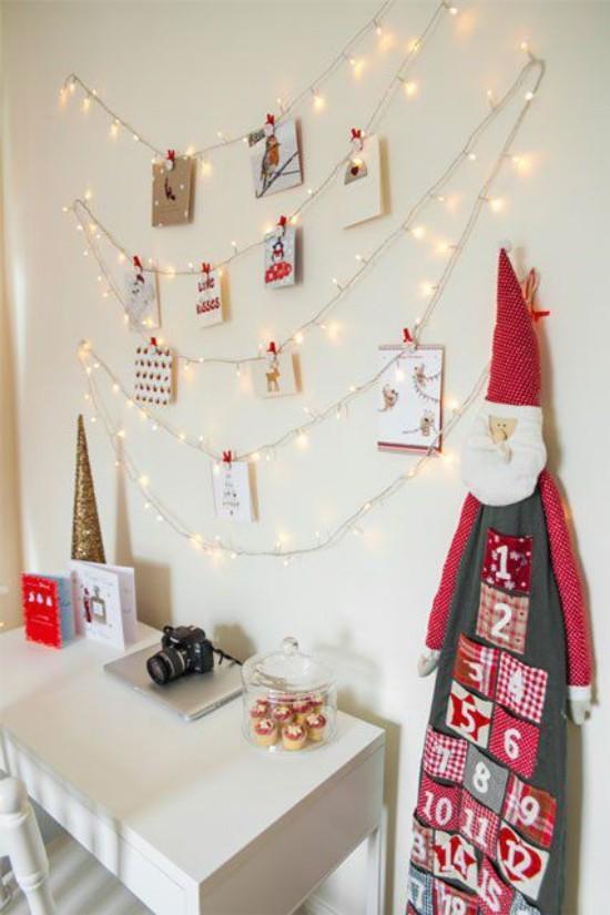 Weihnachtskarten Lichterketten an der Wand plus Grußkarten