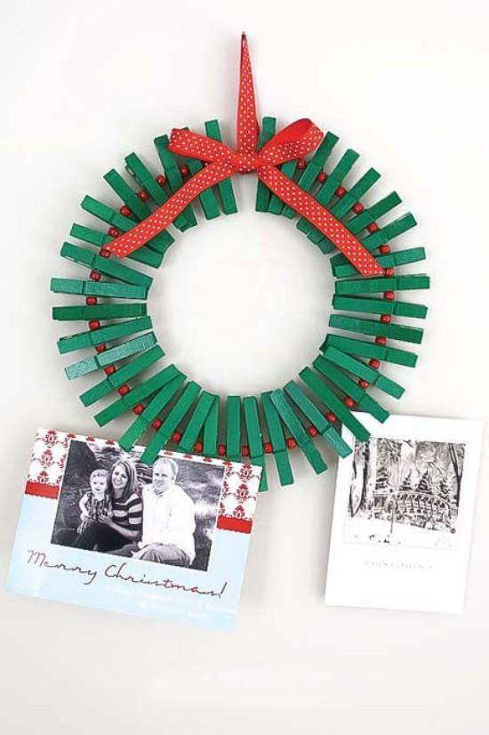 Weihnachtskarten Wäscheklammer-Kranz an der Wand hält schöne Grußkarten