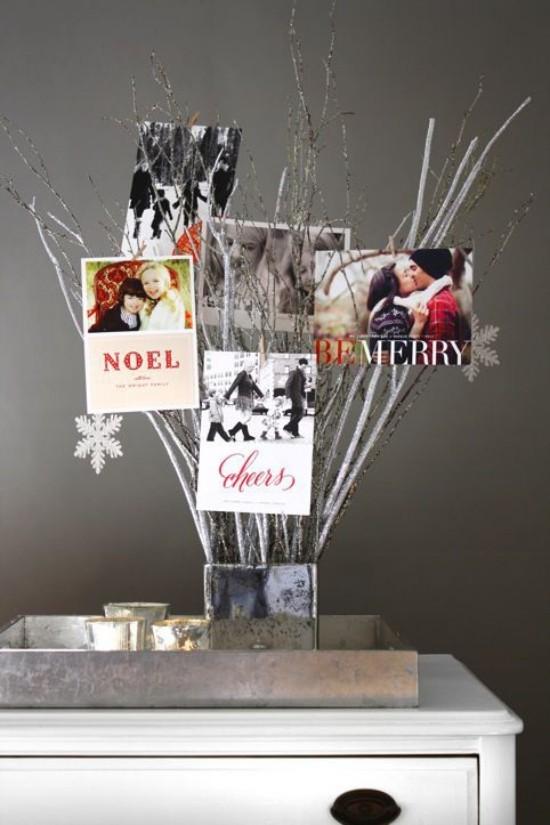Weihnachtskarten Zweige in Vase arrangieren Karten daran aufhängen