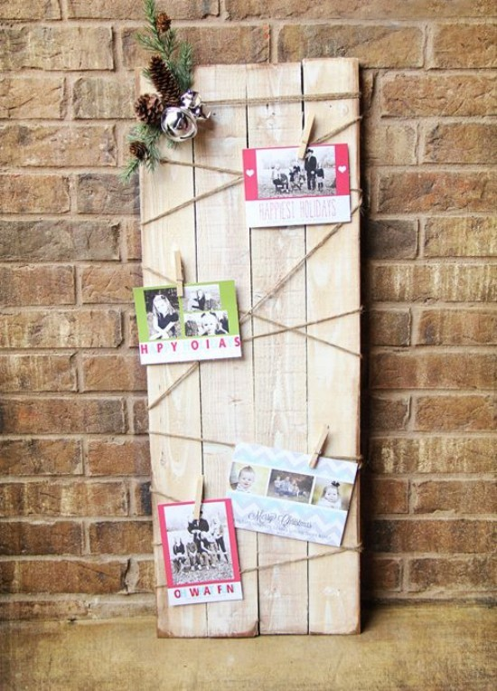 Weihnachtskarten an alten Holzbrettern angebracht rustikaler Touch