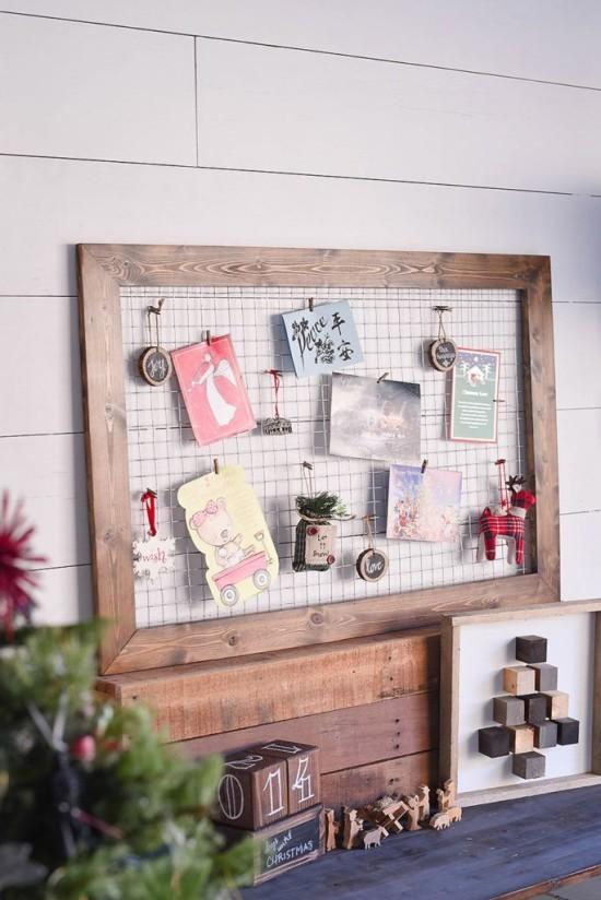 Weihnachtskarten im alten Holzrahmen arrangiert perfekt fürs Kinderzimmer rustikales Flair