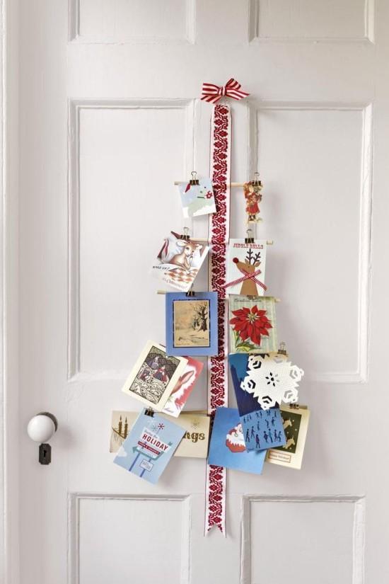 Weihnachtskarten rot weiße Schleife daran Grußkarten anbringen an der Tür hängen lassen