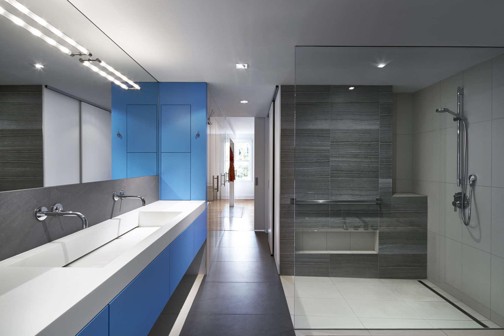 akzente in blau weiß und grau trendfarben