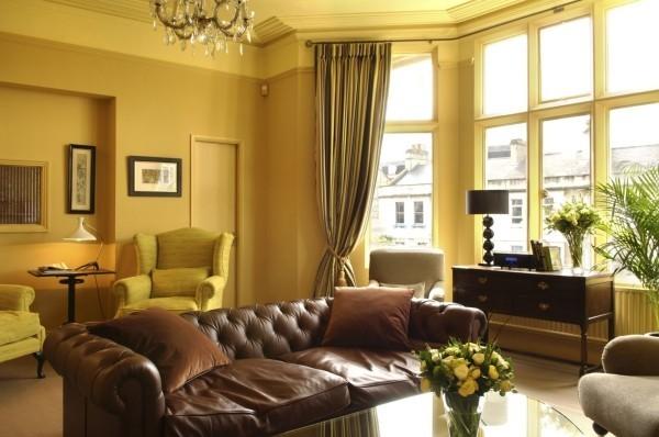 braune möbel und gelbe wände trendfarben
