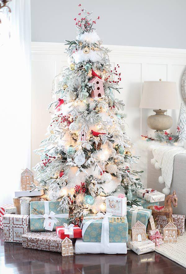 christbaumschmuck mit großen geschenken drunter