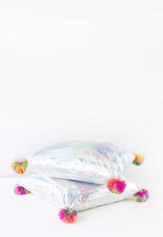 dekokissen weiße kissen mit bunten details