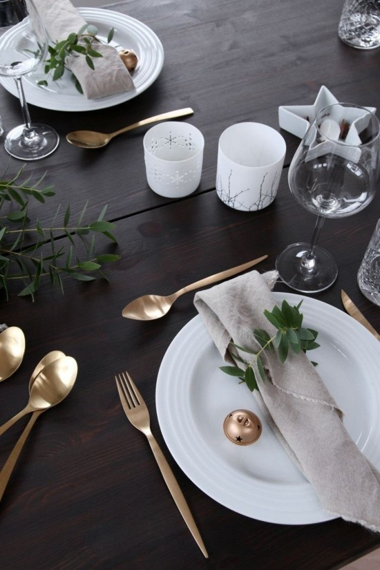elegante skandinavische weihnachtsdeko goldenes geschirr