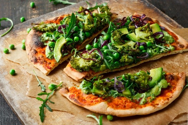pizzabelag ideen grüne erbsen brokkoli avocado