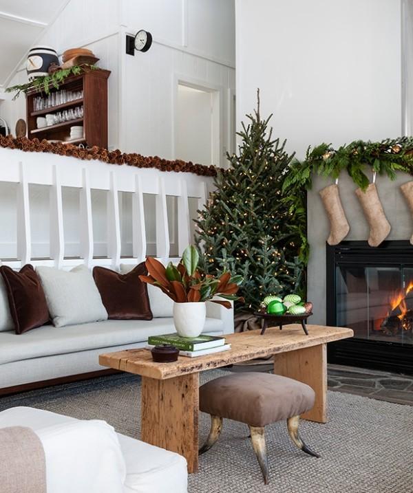 schöne Weihnachtsdeko im ländlichen Wohnzimmer
