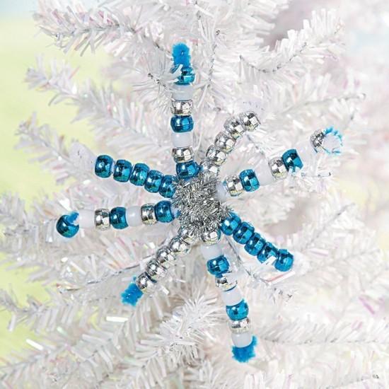 schneeflocken basteln mit glasperlen und pfeifenputzer