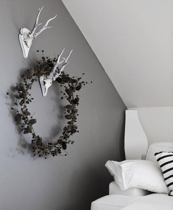 skandinavische weihnachtsdeko wanddeko mit zapfen