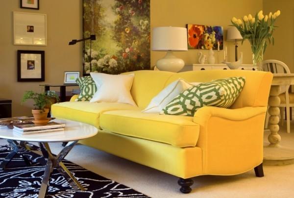 trendfarben gelbes sofa mit grünen dekokissen