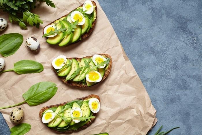 Essen ohne Kohlenhydrate Avocado und gekochte Eier auf getoastetem Brot