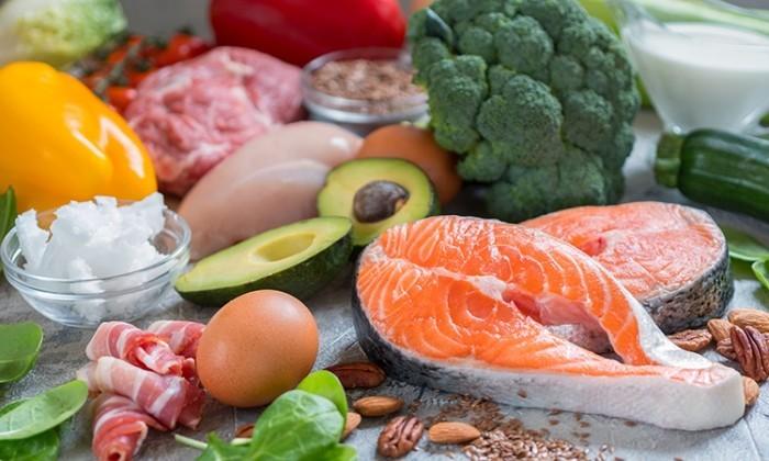 Essen ohne Kohlenhydrate Fisch Lachs proteinhaltige Produkte Avocado Brokkoli Zucchini gekochtes Ei Mandeln Paprokaschote