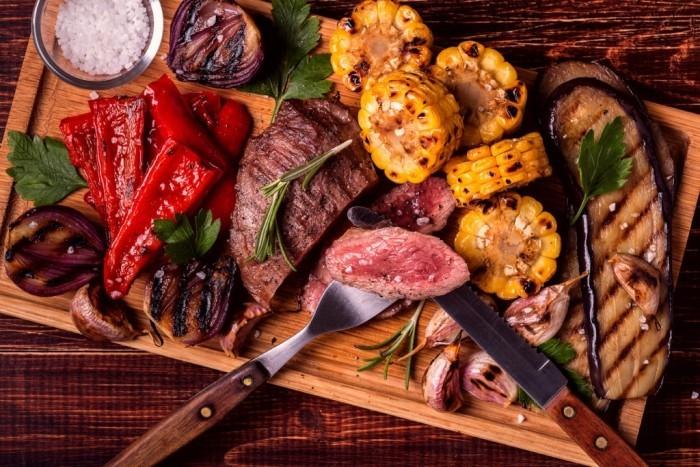 Essen ohne Kohlenhydrate gegrilltes Fleisch mit Maiskolben Zwiebeln Knoblauchzehen Paprikaschoten Zucchini