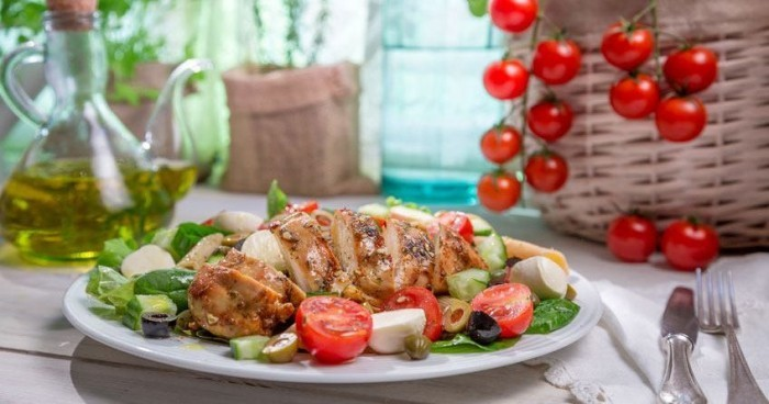 Essen ohne Kohlenhydrate mageres Fleisch frisches Gemüse Tomaten