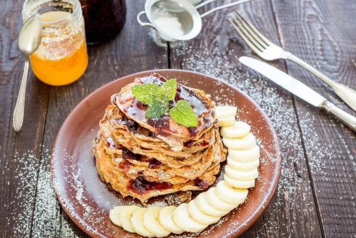 Essen ohne Kohlenhydrate vegane Pfannkuchen mit Bananen und Honig