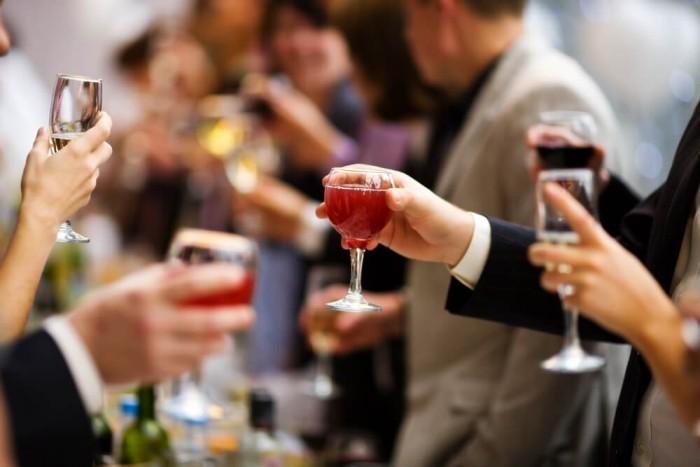 Festessen Tipps und Tricks bei Tisch Alkohol gehört zur Feier aber in vernünftigen Mengen