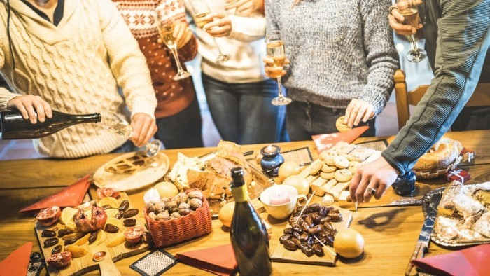Festessen Tipps und Tricks bei Tisch Alkohol trinken mit Freunden anstoßen Häppchen