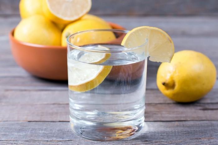 Festessen Tipps und Tricks bei Tisch Zitronenwasser trinken tut gut