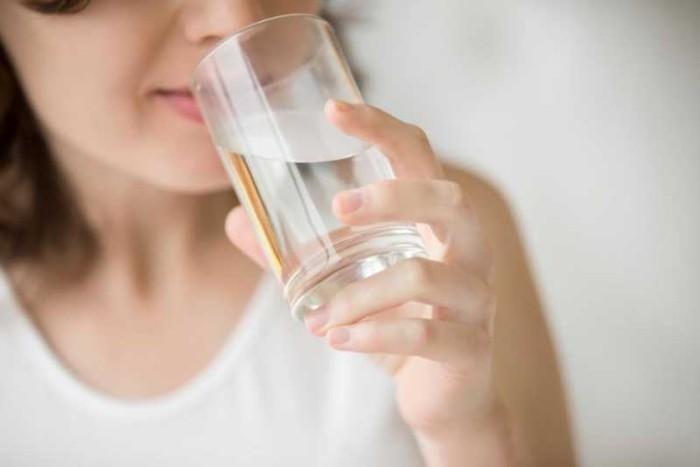 Festessen Tipps und Tricks bei Tisch ausreichend Wasser trinken sonst Dehydratation