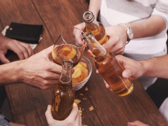 Festessen Tipps und Tricks bei Tisch ein paar Drinks mit Freunden trinken