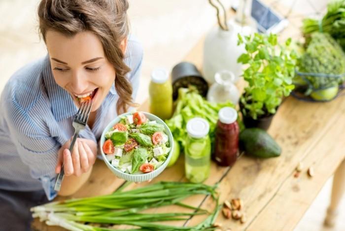 Festessen Tipps und Tricks bei Tisch einen frischen Gemüsesalat am Tag essen kohlenhydratarm