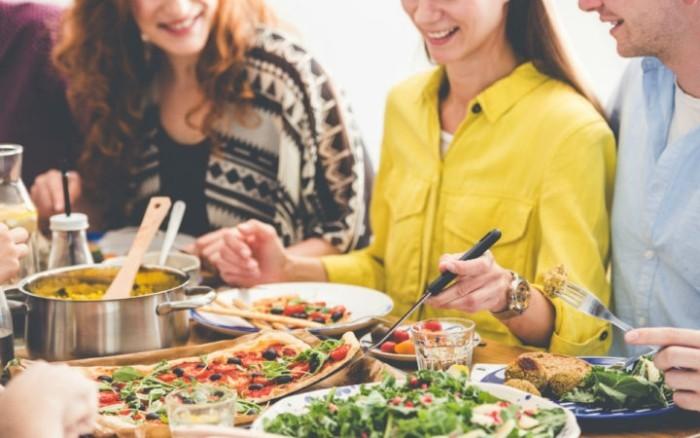 Festessen Tipps und Tricks bei Tisch frische Salate und fettarme Speisen auf der Festtafel