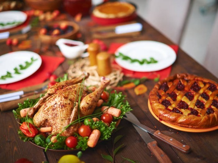 Festessen Tipps und Tricks bei Tisch gesund essen gebratenes Hähnchen mit Gemüsebeilage