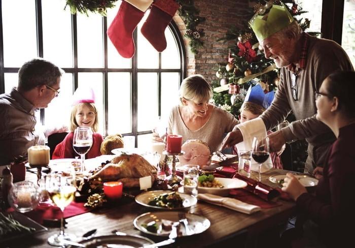 Festessen Tipps und Tricks bei Tisch große Familie bei Feiern am Festtisch Kinder