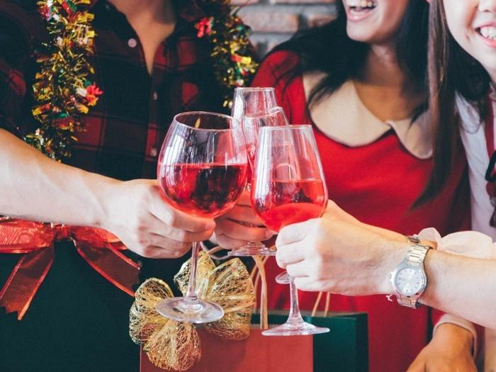Festessen Tipps und Tricks bei Tisch mit Freunden anstoßen viel Spaß haben