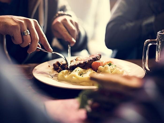 Festessen Tipps und Tricks bei Tisch schmackhaftes Essen etwas Alkohol trinken