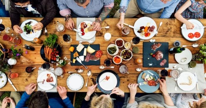 Festessen Tipps und Tricks bei Tisch viele Gäste kleine Teller frisches Gemüse Möhren Fleisch