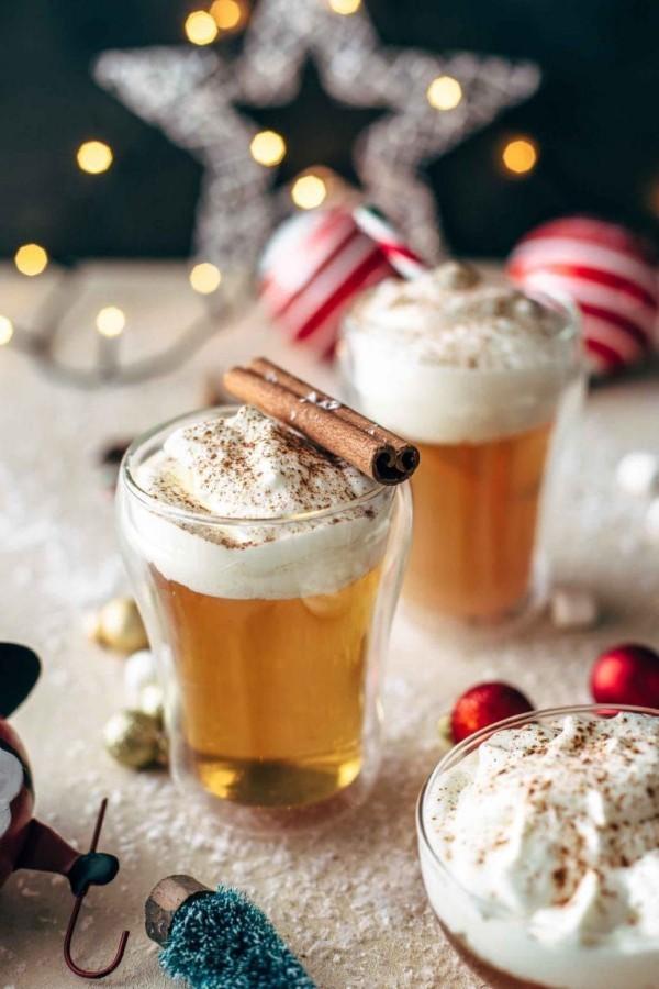 Festliche Cocktails zu Weihnachten und Silvester Hot Toddy Drink mit Whisky zubereitet