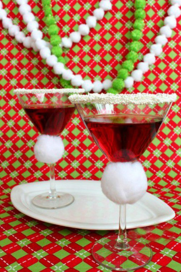Festliche Cocktails zu Weihnachten und Silvester Martini mit Granatapfelsaft in festlich geschmückten Gläsern