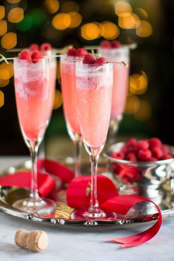 Festliche Cocktails zu Weihnachten und Silvester mit eingefrorenen Himbeeren