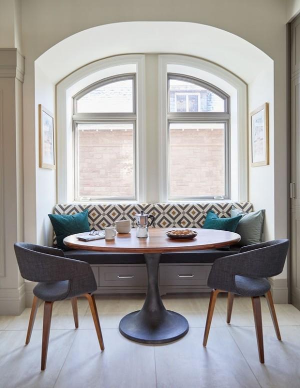 Frühstücksecken elegant gestaltet Sofa mit grafischem Muster hell und einladend