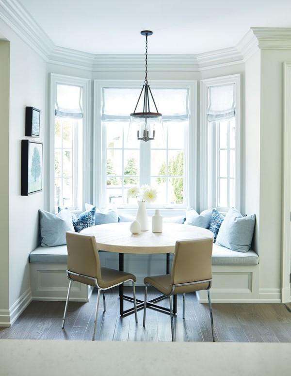 Frühstücksecken runder Tisch zwei Stühle Ecksofa Fensternische ein heller Frühstücksort