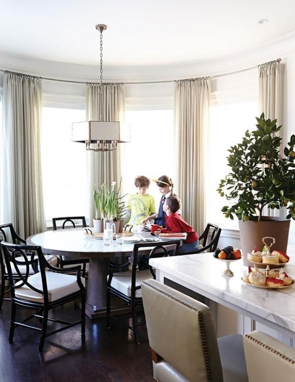 Frühstücksecken stilvoll mit Gardinen Blumen ein runder Tisch neben der Küche