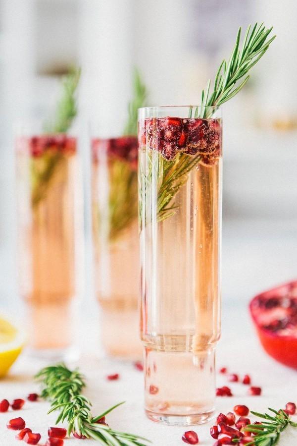Granatapfel und Rosmarin Festliche Cocktails zu Weihnachten und Silvester