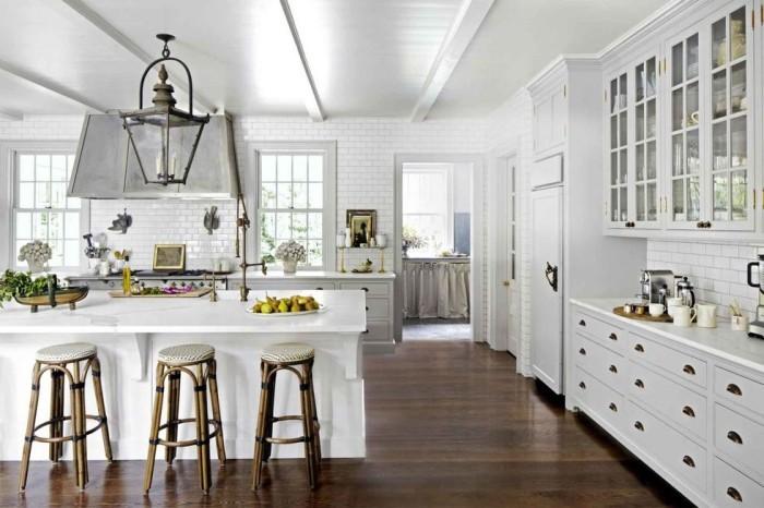 Große Kücheninsel geräumige Küche in weiß dunkler Holzboden als Kontrast