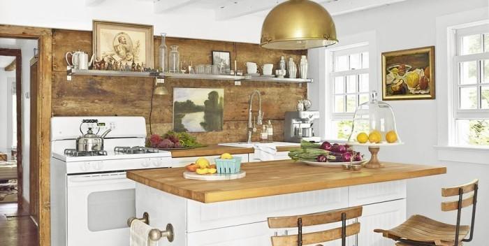 Kücheninsel Arbeitsplatte aus Holz korrespondiert gekonnt mit Küchenrückwand aus Holz visuelle Balance schaffen