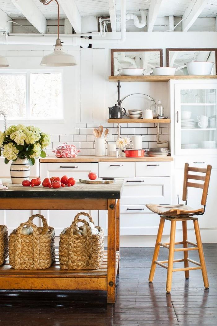 Kücheninsel alter Holztisch Stauraum Holzstuhl Vase mit Blumen