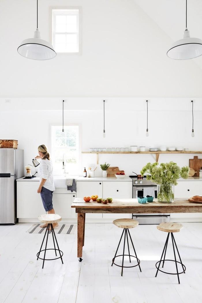 Kücheninsel alter Holztisch auf Rollen moderne Küche in Weiß gestaltet