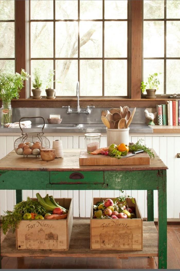 Kücheninsel alter Holztisch in grün Holzplatte Stauraum für Kisten mit Gemüse