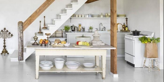 Kücheninsel alter Holztisch in weiß Marmorplatte kleine Küchenzeile unter der Treppe