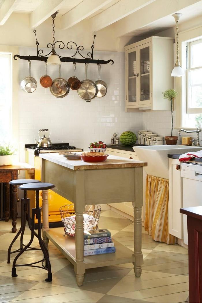 Kücheninsel alter Tisch zwei Hocker Küche im Landhausstil von der Decke hängende Töpfe