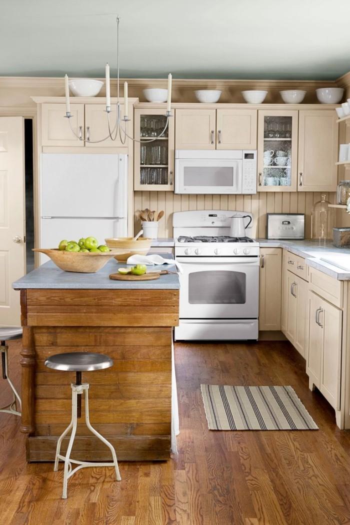Kücheninsel aus Holzplatten gebaut metallene Platte Holzboden